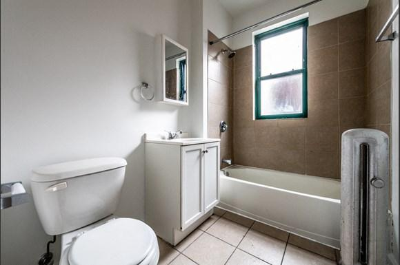 South Shore Apartments for rent in Chicago   2900 E 91st St. Bathroom