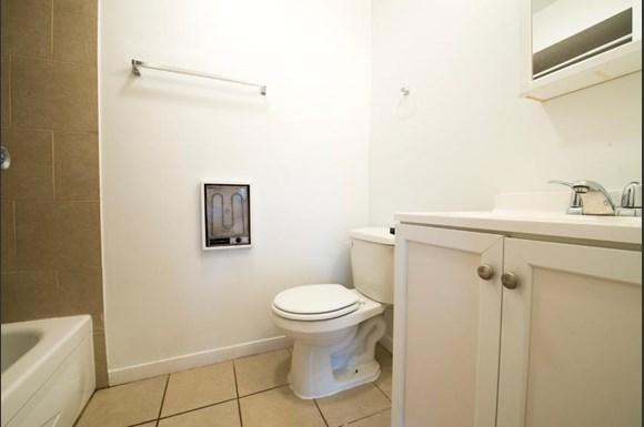 6022 S Indiana Ave Apartments Chicago Bathroom