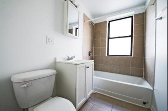 801 E Drexel Square Apartments Chicago Bathroom