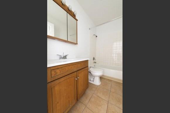 21746 Jeffrey Ave Apartments Chicago Bathroom