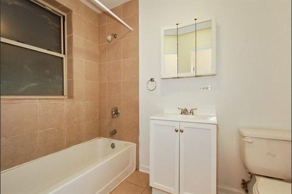 7801 S Saginaw Ave Apartments Chicago Bathroom