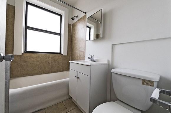 Auburn Gresham Apartments for rent in Chicago   808 W 76th St Bathroom