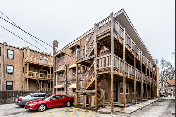 South Shore Apartments for rent in Chicago | 7706 S Saginaw Parking