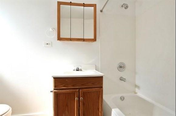 6306 S Artesian Ave Apartments Chicago Bathroom