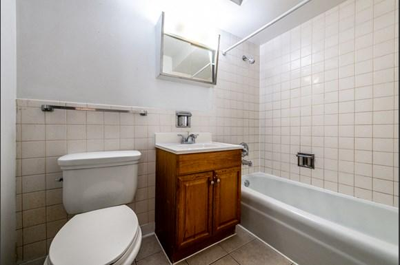 2110 S 5th Ave Apartments Chicago Bathroom