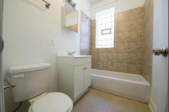 3501 W Adams St Apartments Chicago Bathroom