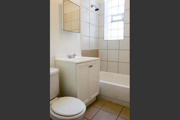 5101 W Monroe St Apartments Chicago Bathroom