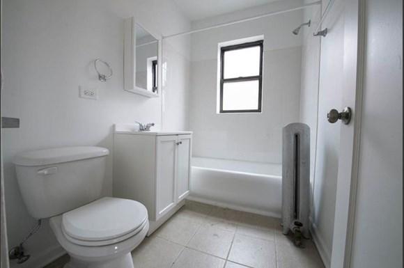 7914 S Hermitage Apartments Chicago Bathroom
