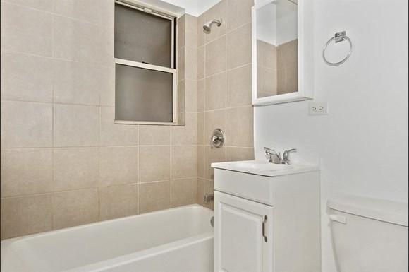 7915 S Hermitage Apartments Chicago Bathroom