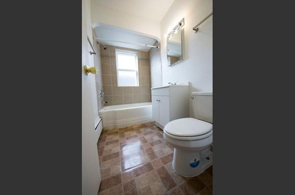 5019 W Jackson Blvd Apartments Chicago Bathroom
