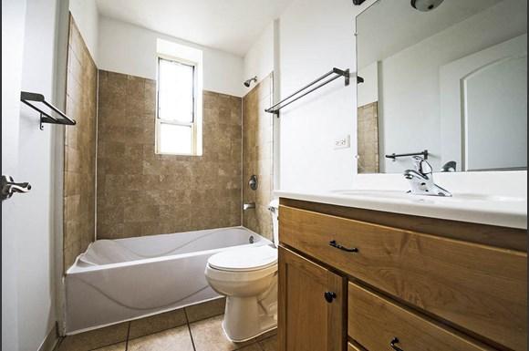 4114 W Washington Blvd Apartments Chicago Bathroom