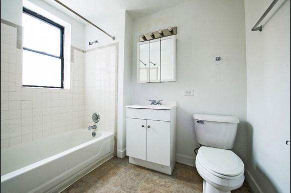 5300 S Michigan Ave Chicago Bathroom