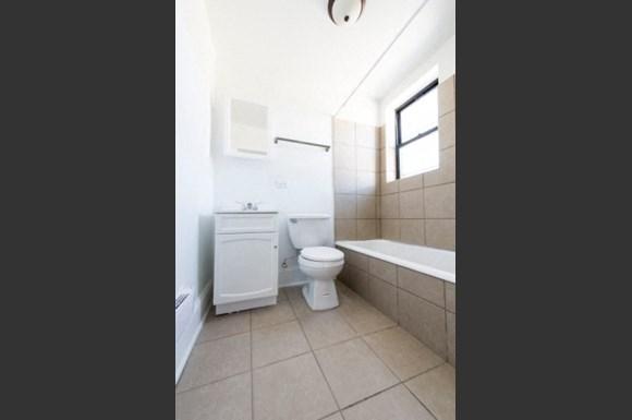 2235 E 71st St Apartments Chicago Bathroom