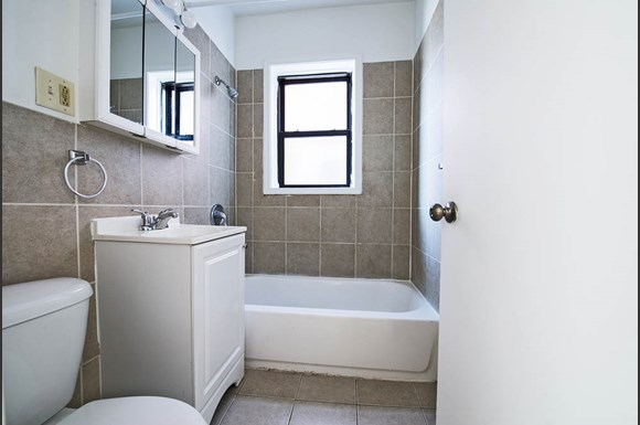 8208 S Drexel Ave Apartments Chicago Bathroom