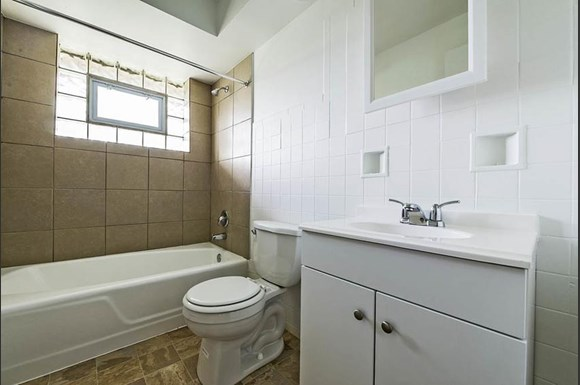 14015 S Tracy Ave Apartments Chicago Bathroom