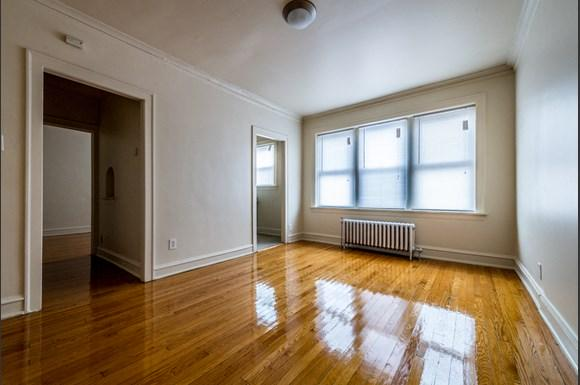 South Shore Apartments for rent in Chicago | 1931 E 71st St Living Room