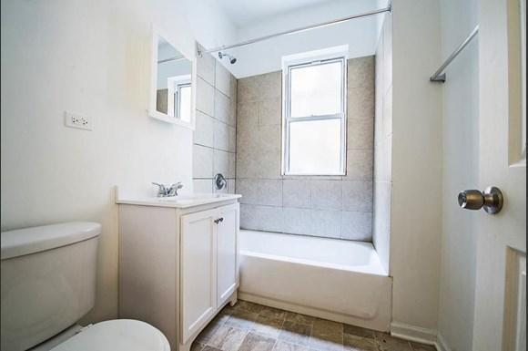 7236 S Yates Blvd  Apartments Chicago Bathroom