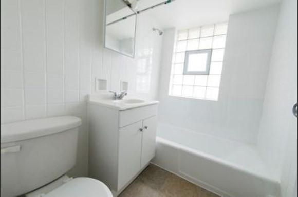 1573 State St Apartments Chicago Bathroom