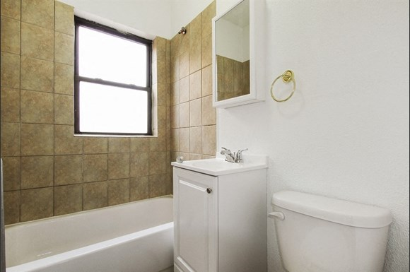 8456 S Wabash Ave Apartments Chicago Bathroom