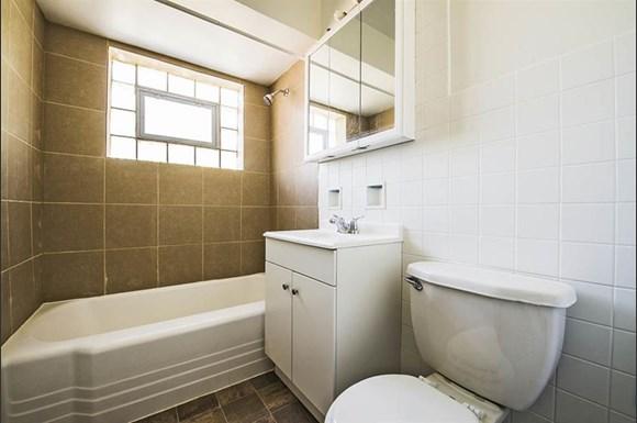 470 Gordon Ave Apartments Chicago Bathroom