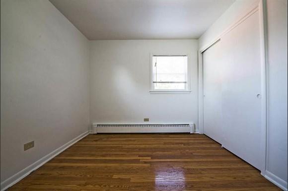 470 Gordon Ave Apartments Chicago Bedroom