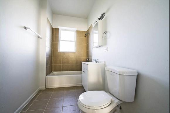 7120 S Wabash Ave Apartments Chicago Bathroom