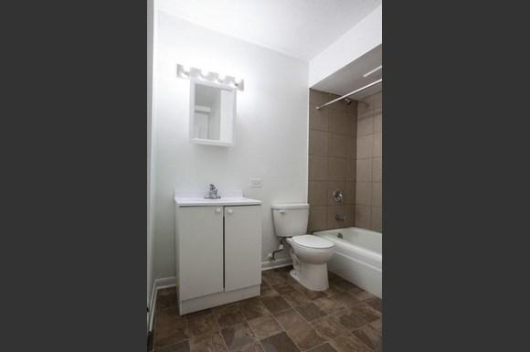 10 W 137th St Apartments Chicago Bathroom