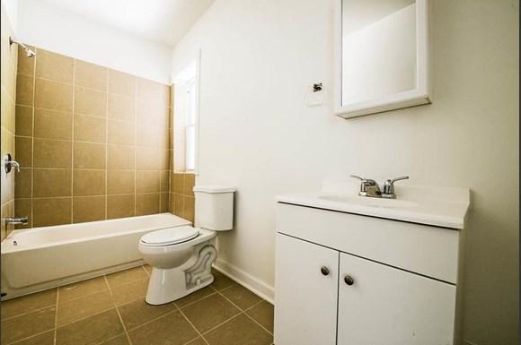 7135 S Blackstone Ave Apartments Chicago Bathroom