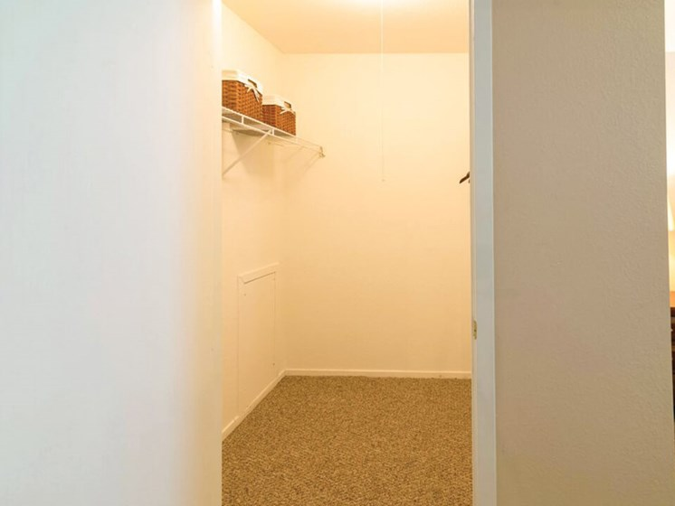 Waterford Mi apts with walk in closets