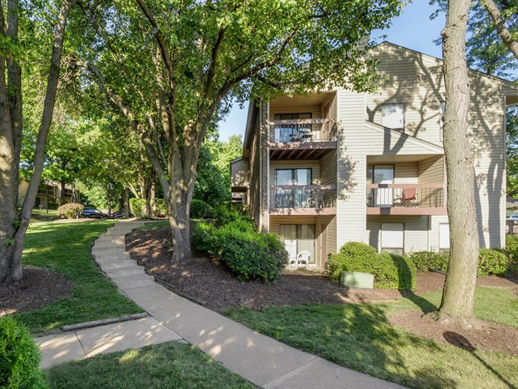 Woodhollow Apartments in Maryland Heights, MO