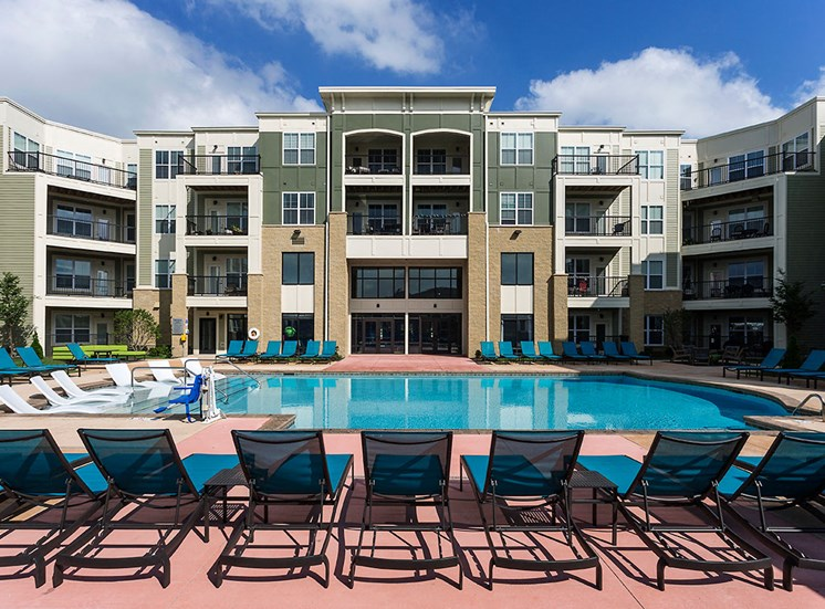 Mosaic at Levis Commons Apartments in Perrysburg, OH near Toledo Sparkling Swimming Pool
