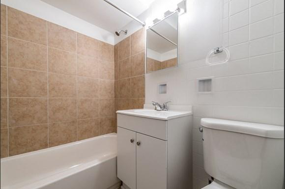 1475 State St Apartments Chicago Bathroom