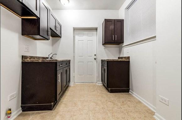 418 S Laramie Ave Apartments Chicago Kitchen