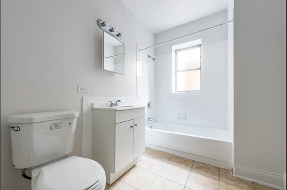 5100 W Madison St Apartments Chicago Bathroom