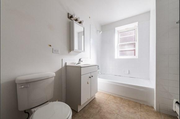 4814 W Monroe St Apartments Chicago Bathroom