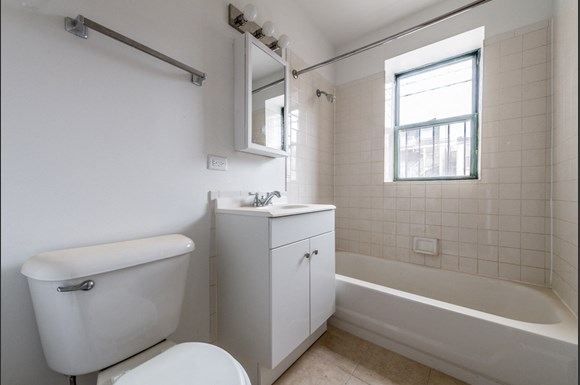 5038 W Quincy St Apartments Chicago Bathroom