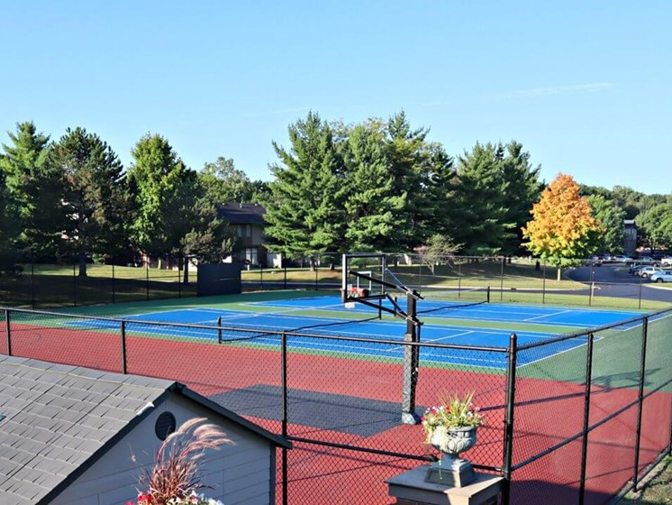 tennis courts at Fox Hill Glens apartments