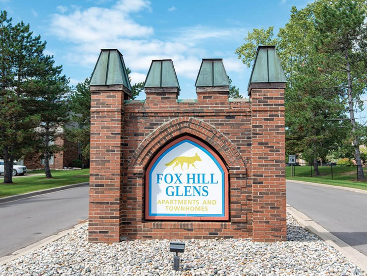 Welcome Sign to Fox Hill Glens Apartments in Grand Blanc MI