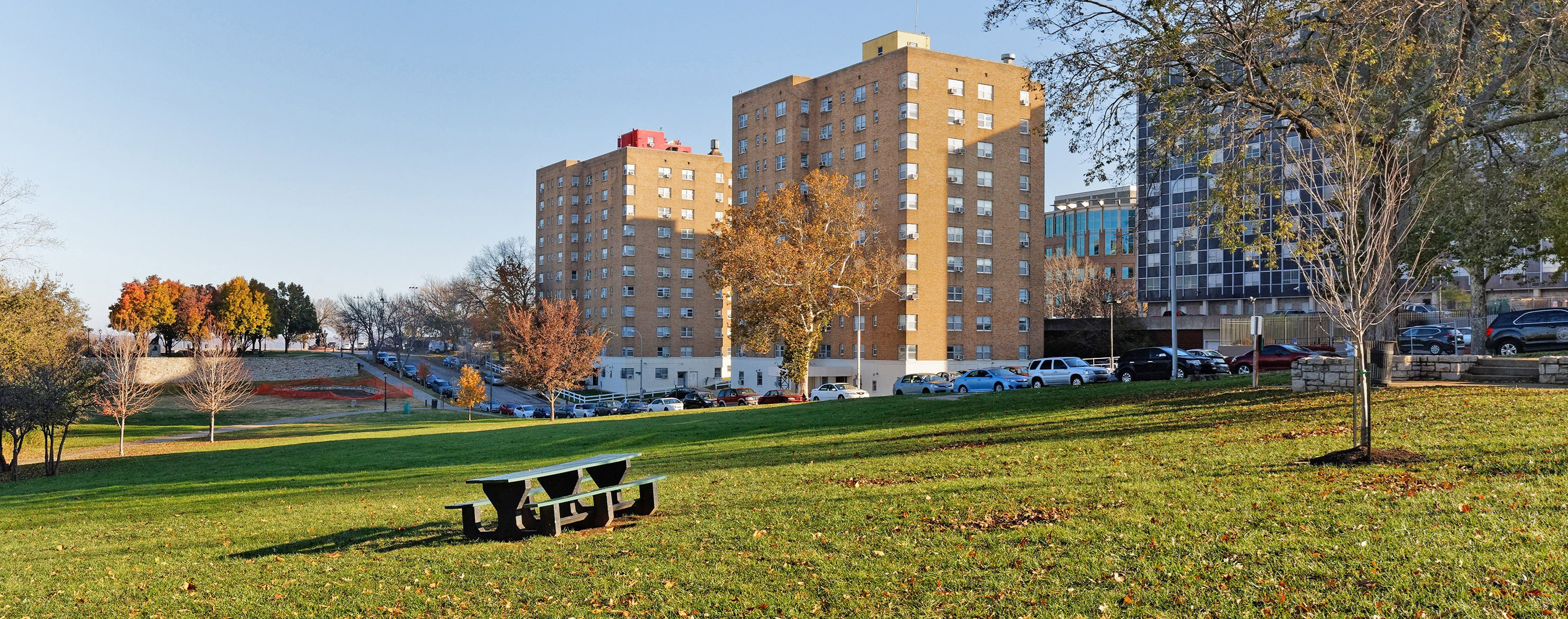 Quality Hill Towers - Exterior landscape and picnic area