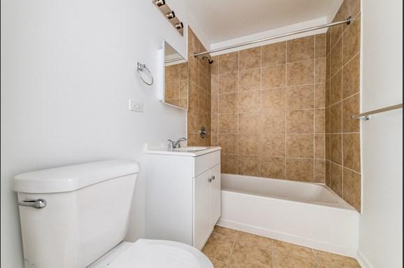 South Austin Apartments for rent in Chicago   5201 W Washington Blvd Bathroom