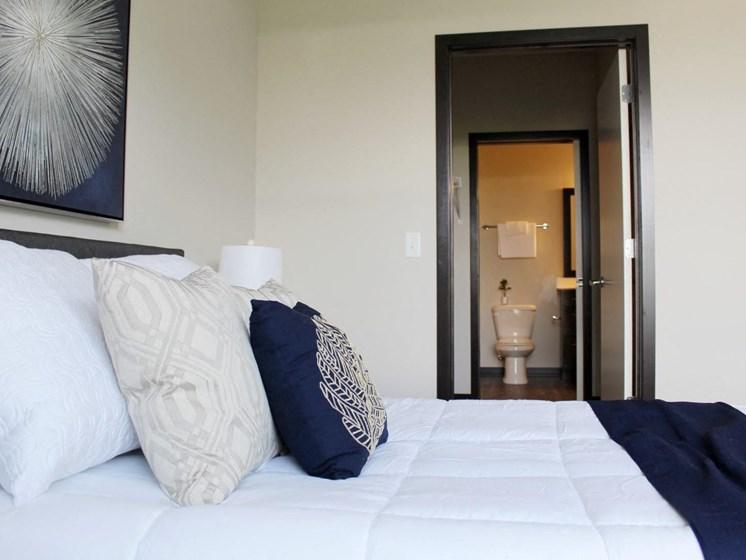Spacious Bedrooms with en Suite Bathrooms at The Shoreham, St. Louis Park, MN 55416