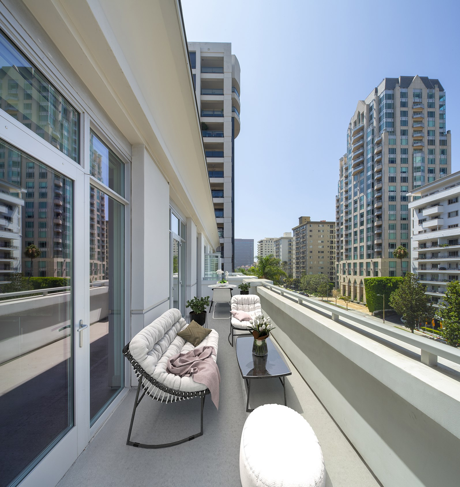 Los-Angeles-Furnished-Apartments-Wilshire-Victoria-2b-Balcony