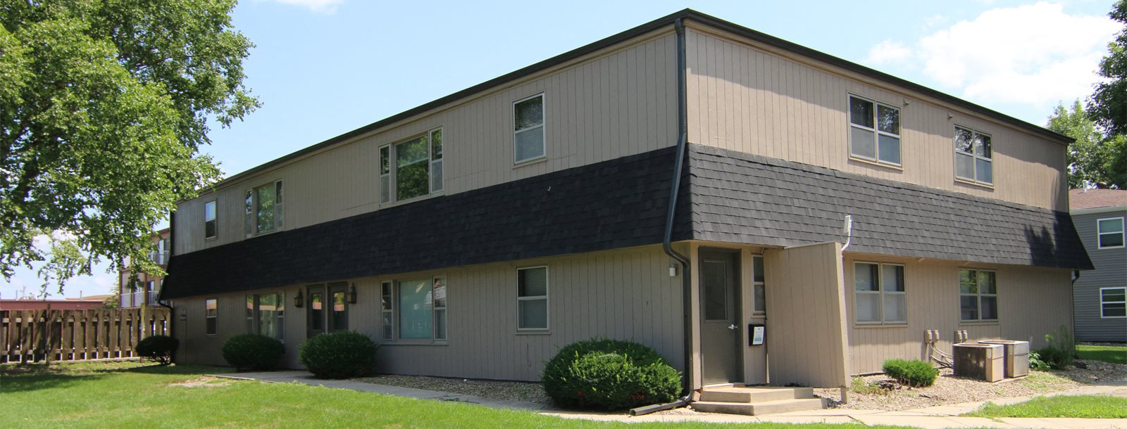 Exteriors-South-View-Apartments-Ames-Iowa-courtyard