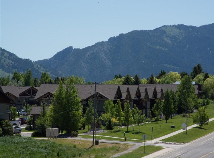 Lush Green Courtyard Wit Walking Paths at Saddleview Apartments, Bozeman, MT