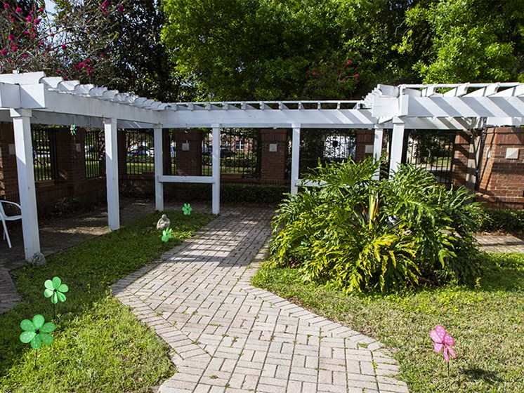 Courtyard With Green Space at Savannah Court & Cottage of Oviedo, Oviedo, FL