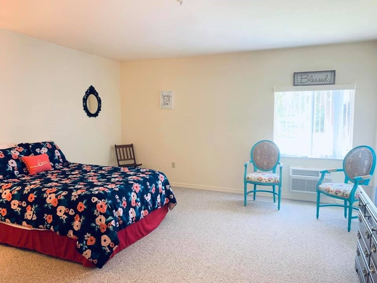 Spacious Bedroom With Comfortable Bed at Savannah Court of Bartow, Florida