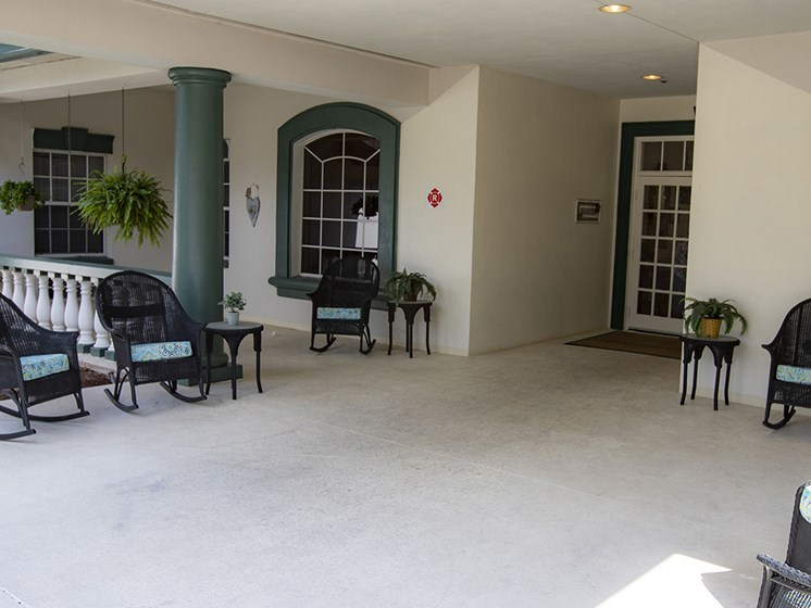 Outdoor Patio Seating at Savannah Court of Haines City, Haines City, FL, 33844