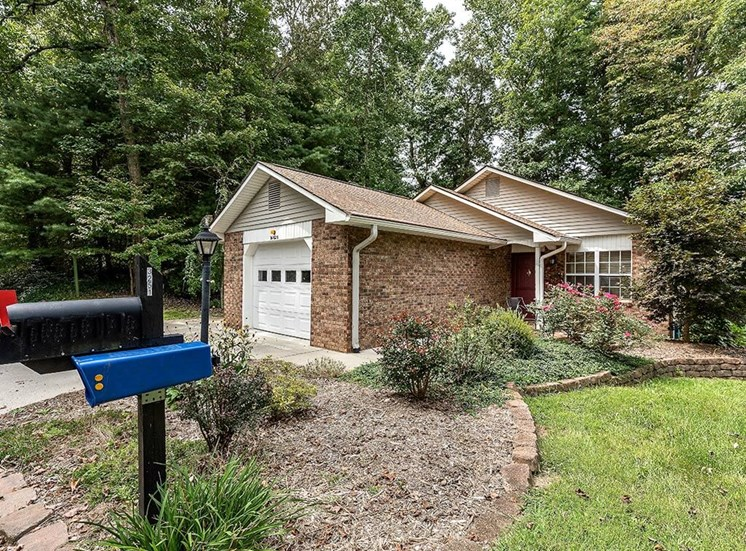 Comfortable Cottage Homes in IL Neighborhood at Pacifica Senior Living Heritage Hills in Hendersonville, North Carolina